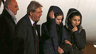 Italianas sequestradas na Síria regressam a Roma