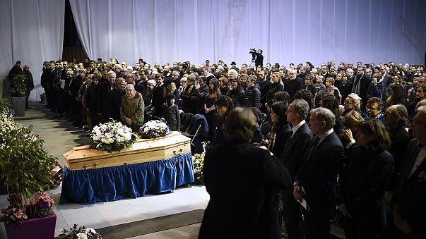 """جثمان مدير صحيفة """"شارلي إيبدو"""" يُشيَّع إلى مثواه الأخير"""
