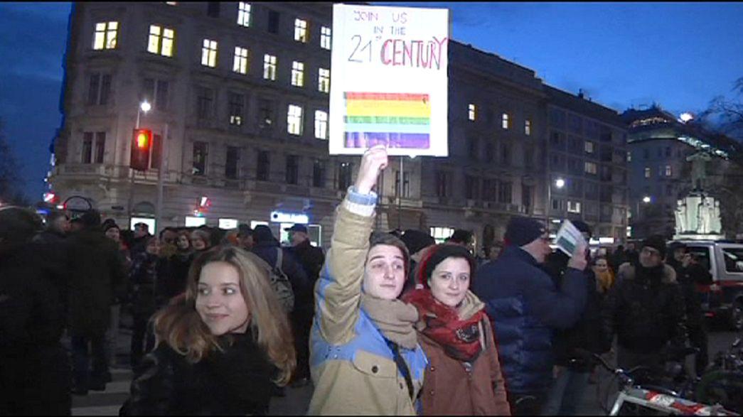 """Beijo """"proibido"""" inflama protestos gay frente a café de Viena"""