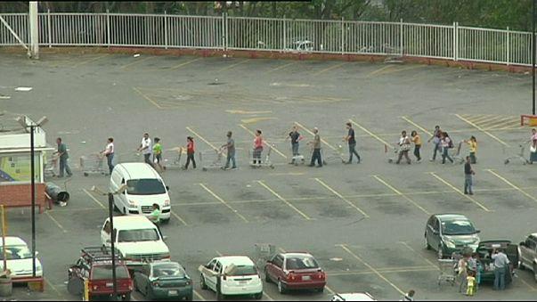 Venezuelani in coda per comprare i beni di prima necessità