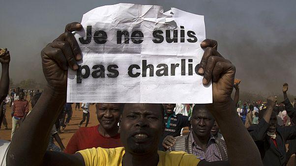 Charlie Hebdo karşıtı gösteriler kana bulandı