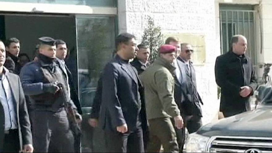 Sapatos e ovos palestinianos atirados ao ministro canadiano Baird