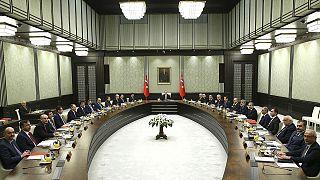 """Erdogan """"scavalca Davutoglu"""" e presiede il consiglio dei ministri"""