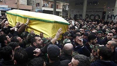 Raid israélien : foule en colère aux funérailles d'un des combattants du Hezbollah
