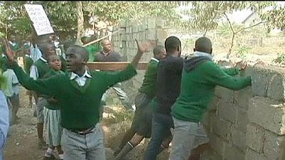 Kenya: Police tear-gas schoolchildren in playground demonstration – nocomment