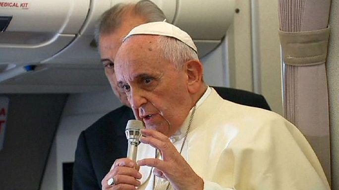 """Papa Francesco: """"Paternità responsabile, non fate figli come conigli"""""""