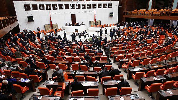 البرلمان التركي يرفض رفع الحصانة عن أربعة وزراء سابقين