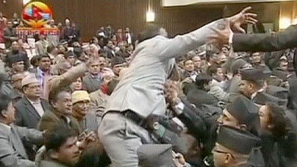 معركة في البرلمان النيبالي اعتراضًا على الدستور.