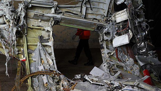 فرق الانقاذ تحاول إخراج حطام طائرة الخطوط الآسيوية من أعماق البحر