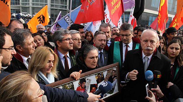 Elítélték a tüntető diákot halálra verő török rendőröket