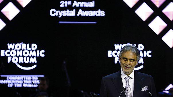 """المغني الشهير """"أندريا بوتشيلي"""" يحصل على جائزة الكريستال في دافوس"""