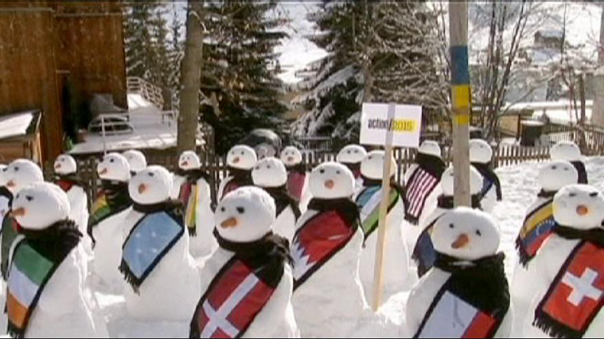 Hóemberek üdvözlik a résztvevőket a davosi Világgazdasági Fórumon