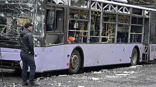 Al menos trece personas han muerto al impactar un proyectil en una parada de trolebús en Donetsk