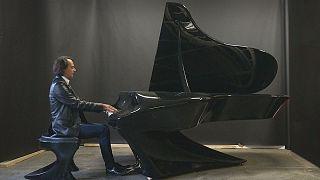 بيانو مبتكر من تصميم عازف البيانو المجري جيرجلي بوجاني