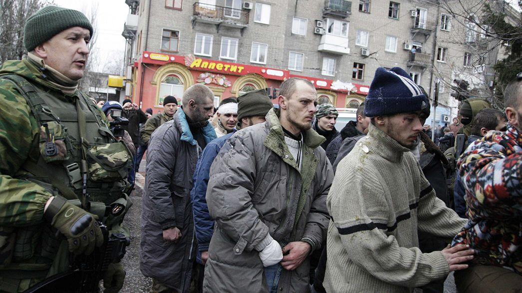 Prisioneiros de guerra ucranianos humilhados em Donetsk