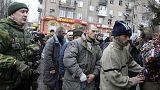 Донецк: пленным украинским солдатам показали разбитую остановку