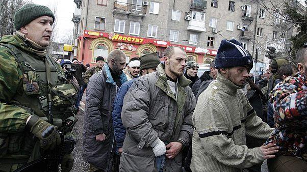 Donetsk : les rebelles exhibent des prisonniers devant la foule après le bombardement d'un bus