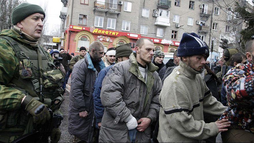 أسرى من الجيش الاوكراني يتعرضون للضرب من طرف الإنفصاليين في دونيتسك