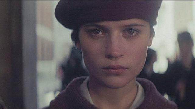 الممثلة السويدية أليسيا فيكاندير تتألق في دور الكاتبة فيرا بريتين