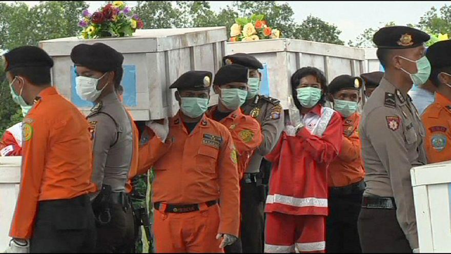 AirAsia kurbanlarını arama çalışmaları sürüyor