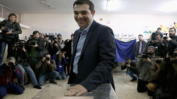 Самарас призвал не подвергать Грецию риску. Ципрас обещает демократию