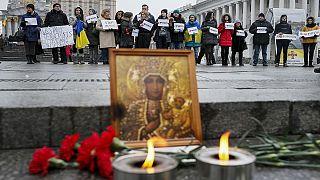 Ucranianos choram mortos de Mariupol e presidente insiste em Minsk
