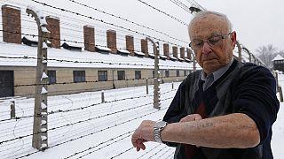 Un tatouage sur l'avant-bras gauche, abjecte signature du camp nazi d'Auschwitz