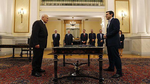 El líder de Syriza acude a su investidura pero no al ritual religioso  .