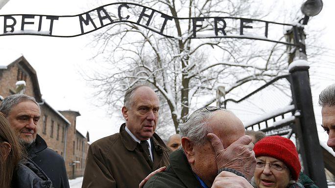 """ناجون من """"أوشفيتز"""" يعودون إلى معسكر الموت لتذكير العالم بجرائم النازيين"""