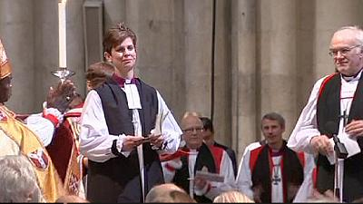 Woman becomes first female Church of England priest – nocomment
