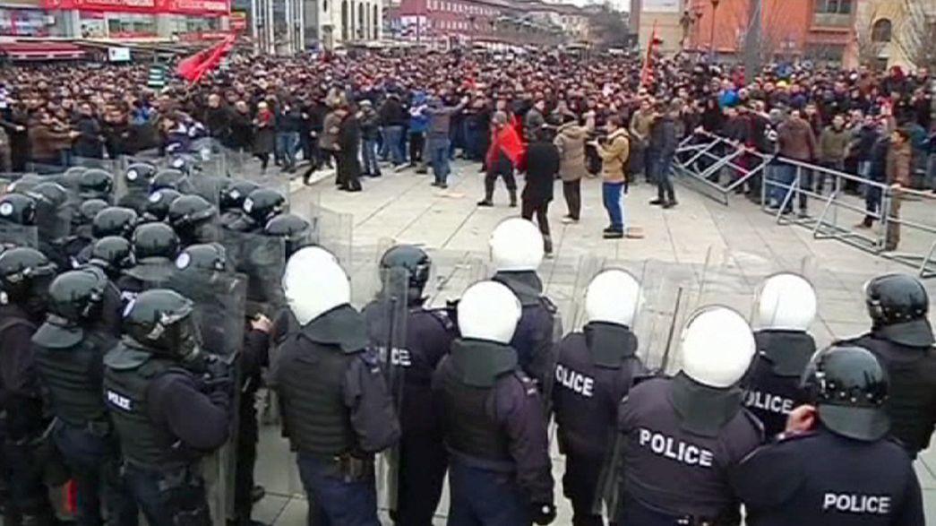 كوسوفو: متظاهرون من الأغلبية الألبانية يطالبون بإستقالة وزير العمل من الأقلية الصربية
