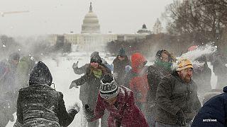 سقوط الثلوج في الولايات المتحدة ، فرصة للبعض للتراشق بكريات ثلج كبيرة