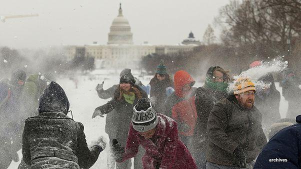 Gli Usa nella morsa del gelo si divertono giocando a palle di neve