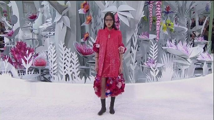 Chanel: Lagerfeld most színes virágokkal álmodott