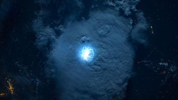 Πώς φαίνονται οι αστραπές από το διάστημα; - Βίντεο