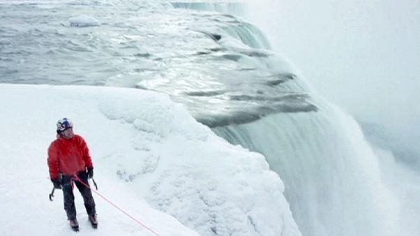 Will Gadd y Sarah Hueniken escalan las cataratas del Niágara