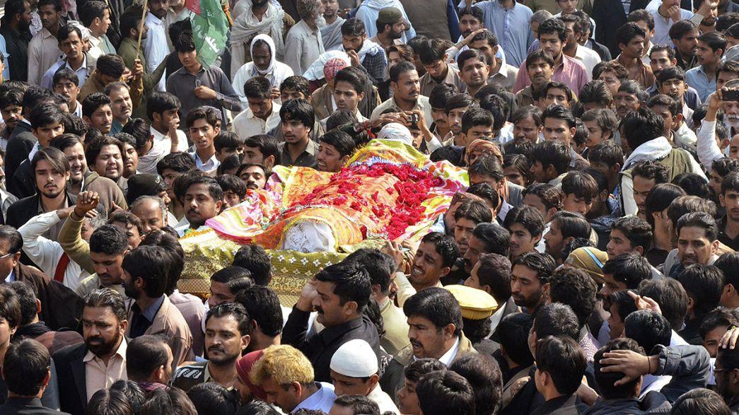 باكستان :تشييع جنازة ضحايا الاعتداء على مسجد شيعي في شيكاربور، و مظاهرة منددة بالتطرف و الاعتداء على الشيعة