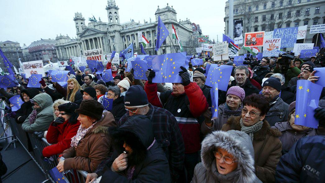Hongrie : Merkel attendue comme le messie par des manifestants anti-Orban