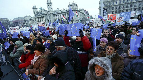 """Miles de húngaros piden a Merkel que enseñe """"modales europeos"""" a Viktor Orban"""