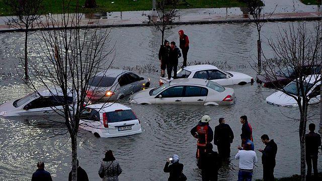 İstanbul'da şiddetli lodos: Köprü çöktü