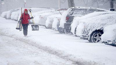 Neve deixa aviões em terra e escolas fechadas