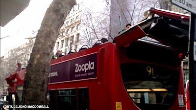 Bus gegen Baum: Nur noch Blech