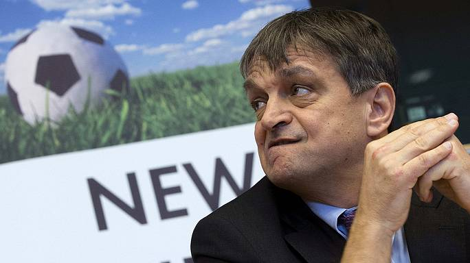 Champagne se cae de la carrera por la presidencia de la FIFA
