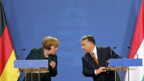 Merkel visita Hungría entre manifestaciones y desencuentros retóricos