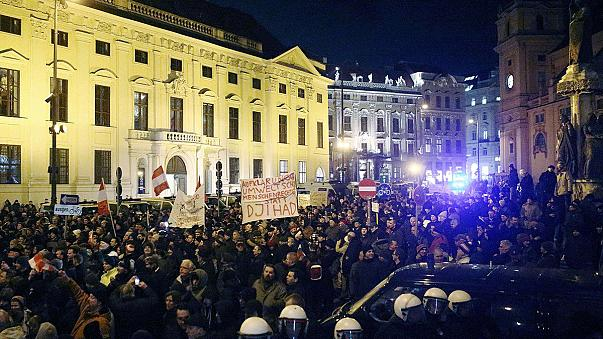 """Первый марш """"Пегиды"""" в Австрии: """"за"""" - сотни, """"против"""" - тысячи"""