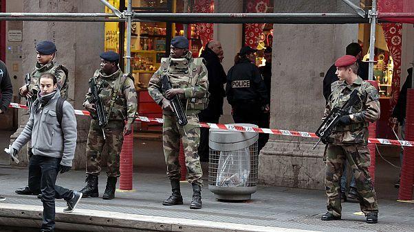 Três soldados franceses atacados à faca em Nice