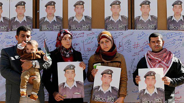 Élve elégették az Iszlám Állam dzsihadistái a fogságukban lévő jordániai pilótát