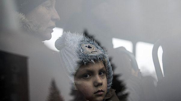 Bombázás zaja közben menekülnek a civilek Ukrajnában