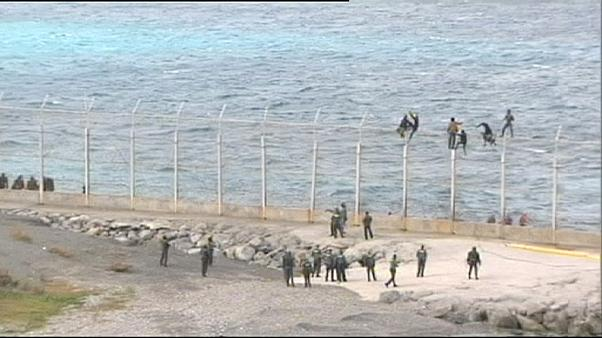 Un groupe de migrants tentent d'entrer à Ceuta