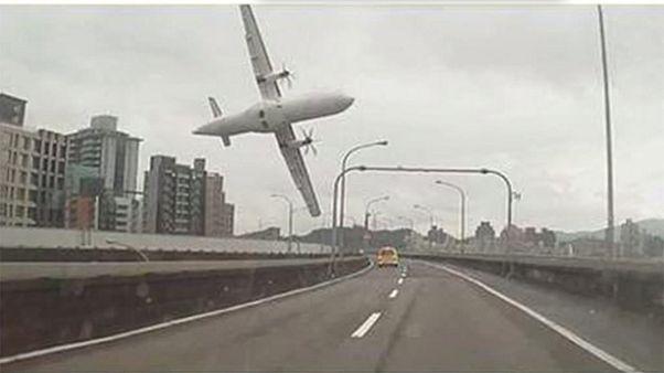 Flugzeug rammt Autobahnbrücke in Taipeh: 23 Tote